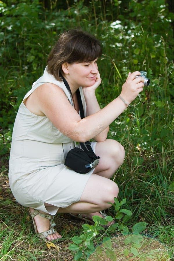 камера снимая малую женщину стоковое изображение