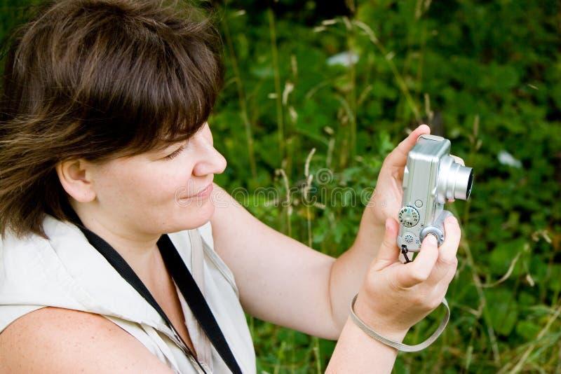 камера снимая малую женщину стоковые изображения rf