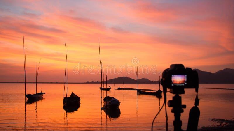 Камера стоя на треноге на заходе солнца на море в Таиланде; земля стоковые изображения