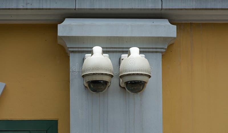 Камера слежения на здании стены стоковые фотографии rf