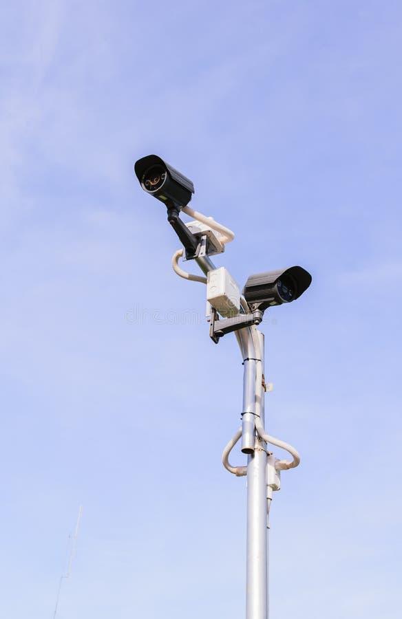 Камера слежения CCTV на голубом небе стоковое фото rf