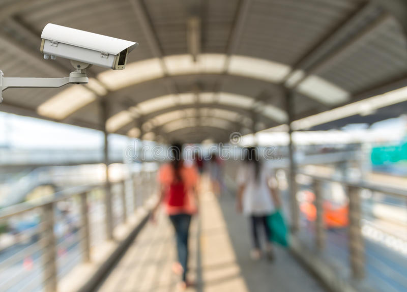 Камера слежения CCTV на мониторе конспект запачкала фото людей с skywalker тропы стоковое изображение