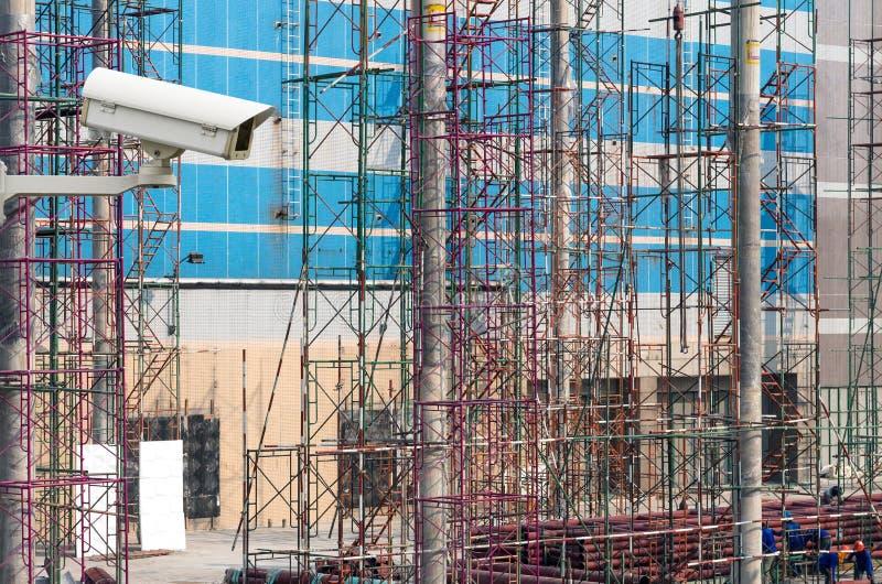 Камера слежения CCTV на мониторе работники строительной площадки стоковая фотография