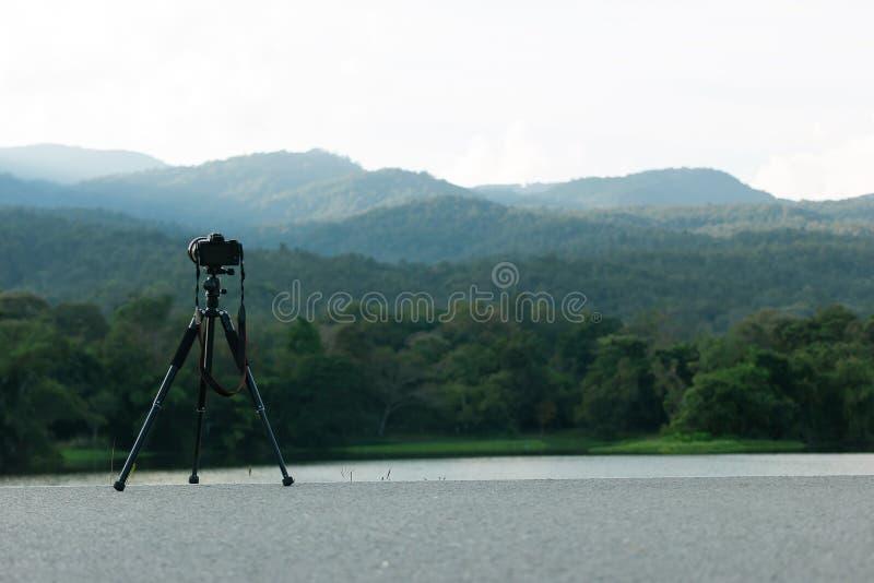 Камера с треногой фотографирует красивые резервуары и горы стоковая фотография rf