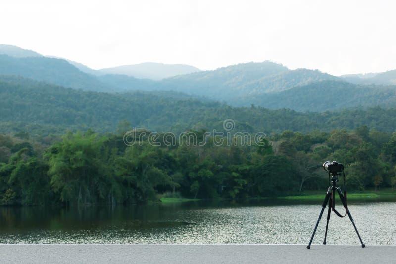 Камера с треногой фотографирует красивые резервуары и горы стоковое фото