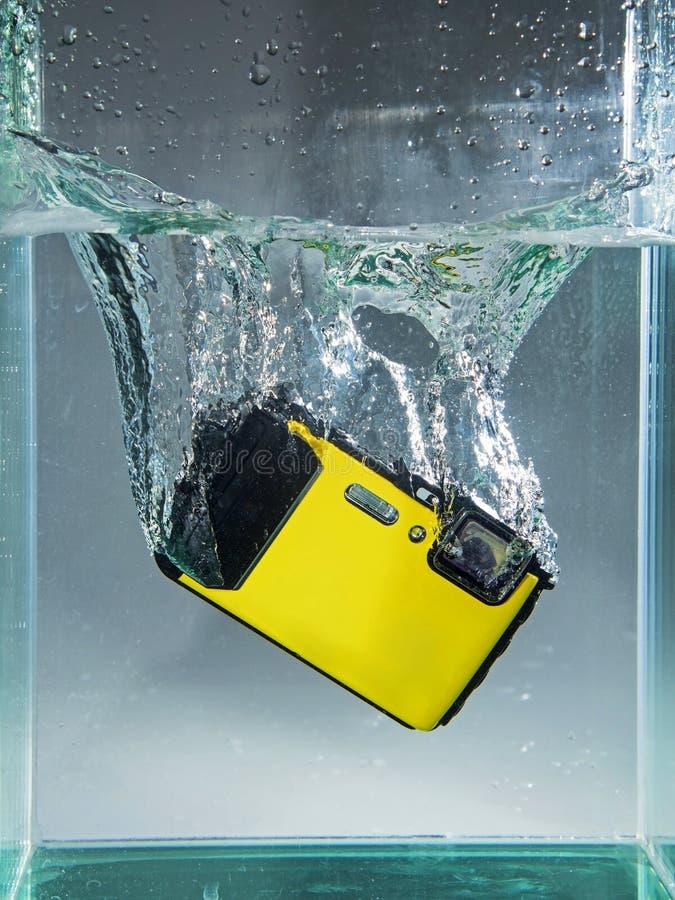 Фотокамера упала в воду