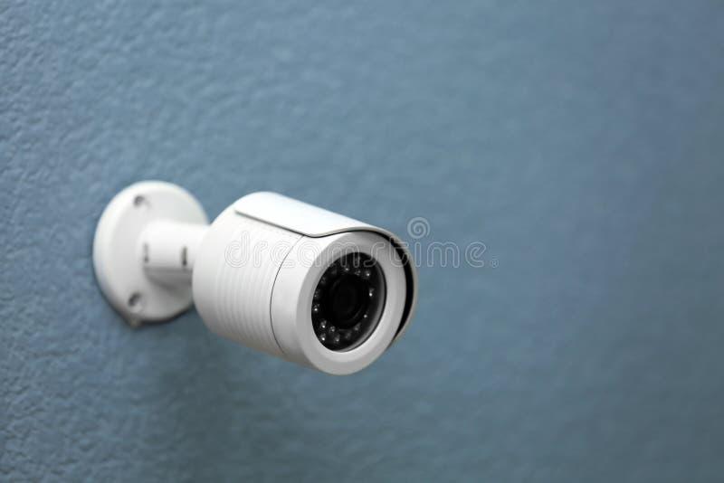 Камера CCTV безопасностью на серой стене стоковые фото