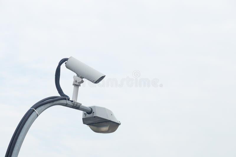 Камера CCTV на фонарном столбе стоковое изображение rf