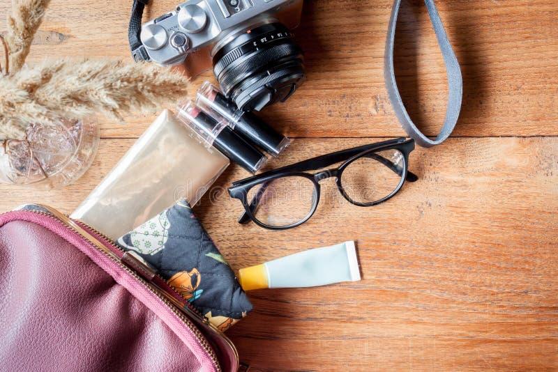 Камера, eyeglass, порошок, губная помада и сумка стоковая фотография