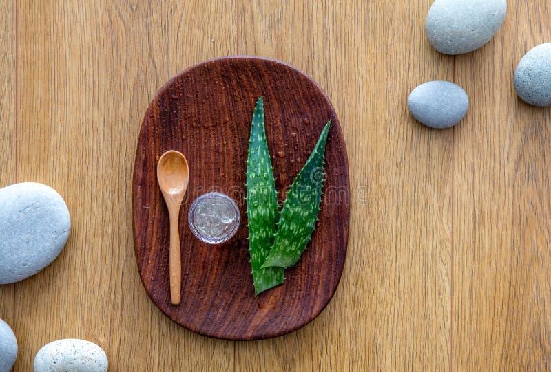 Камешки Дзэн на деревянной предпосылке для свежего органического алоэ vera стоковые фотографии rf