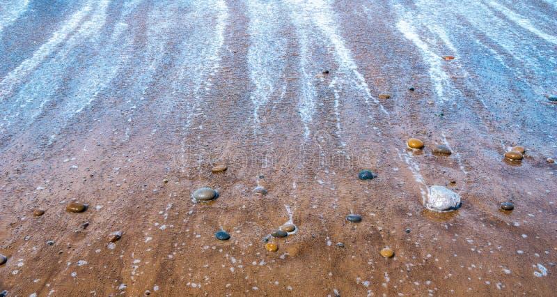 Камешки или камни или утесы на пляже во время отлива Seascape, природа, дзэн, обои концепции безмятежности или предпосылка с экзе стоковые изображения