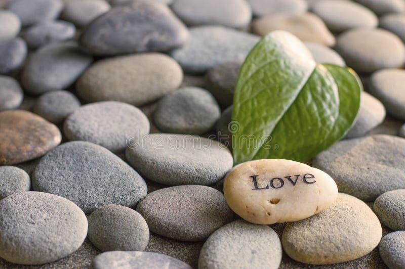 Камешки напечатанные с словом влюбленности стоковое изображение