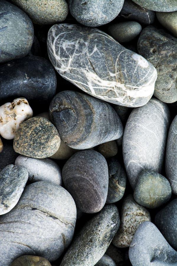 Камешки на пляже утеса стоковые фотографии rf