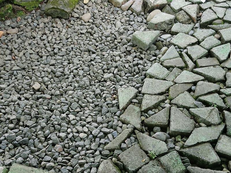 Камешки утесов и сломленные кирпичи стоковое изображение rf