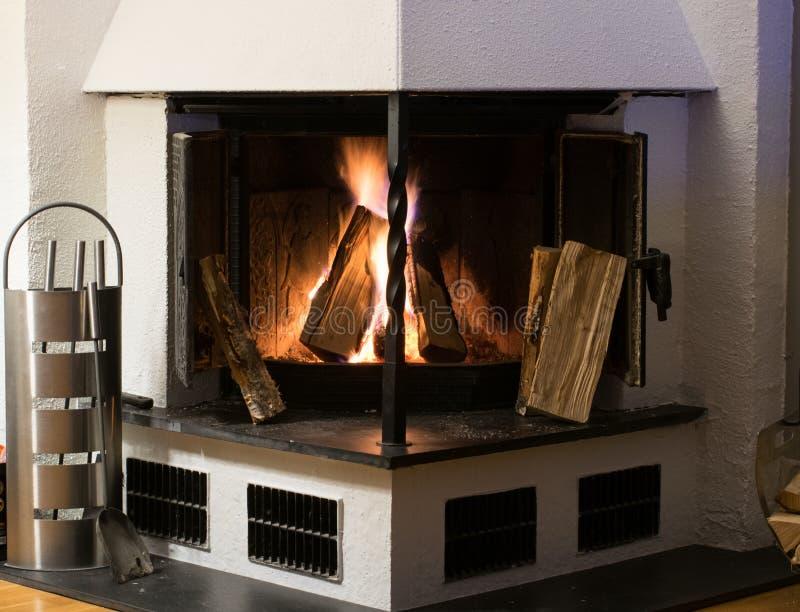 Камин внутри домашней горящей древесины стоковое изображение rf