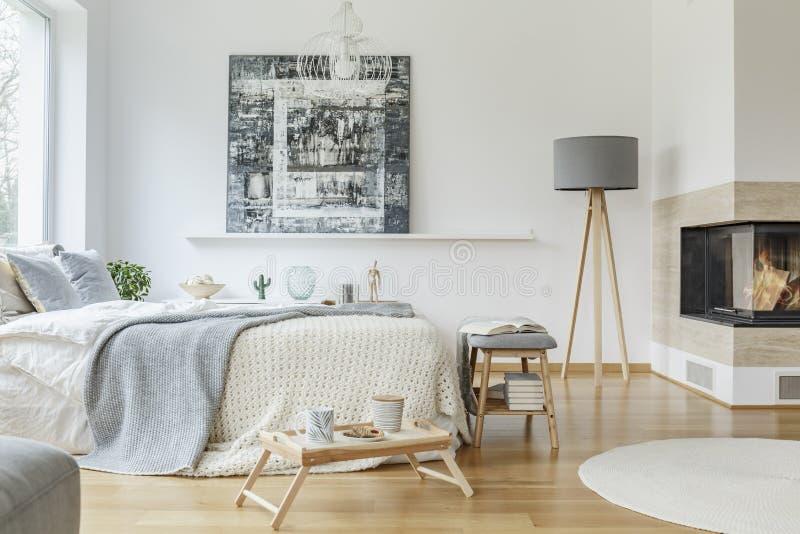Камин в ярком интерьере спальни стоковые фотографии rf