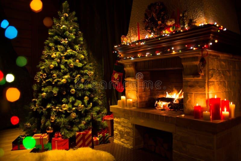 Download Камин и украшенные рождественская елка и свечи Стоковое Изображение - изображение: 63605389