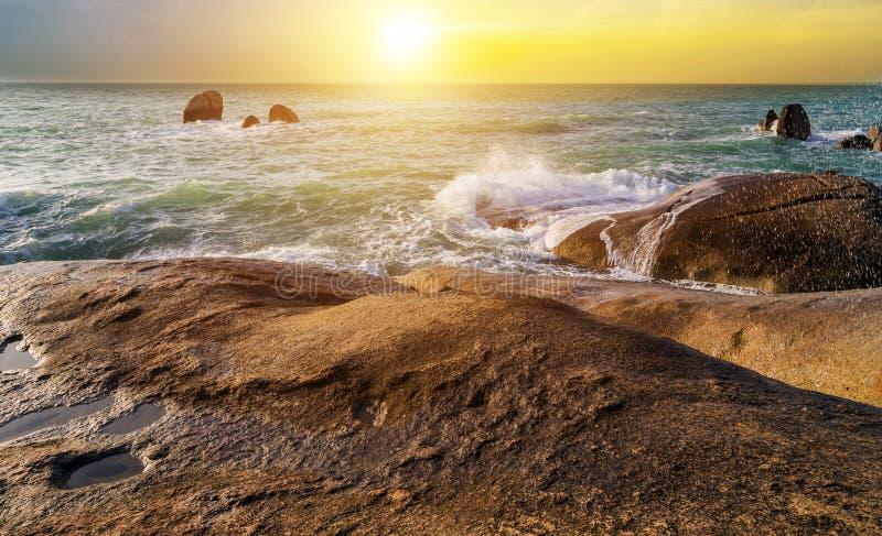 камней ландшафта восхода солнца пляж воздушных тропический стоковое изображение rf