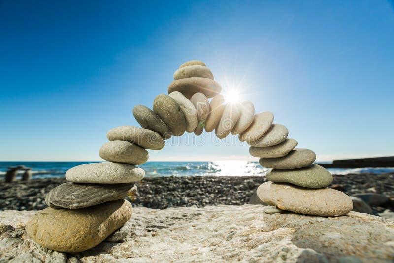 Камни базальта Дзэн на взморье на предпосылке стоковая фотография