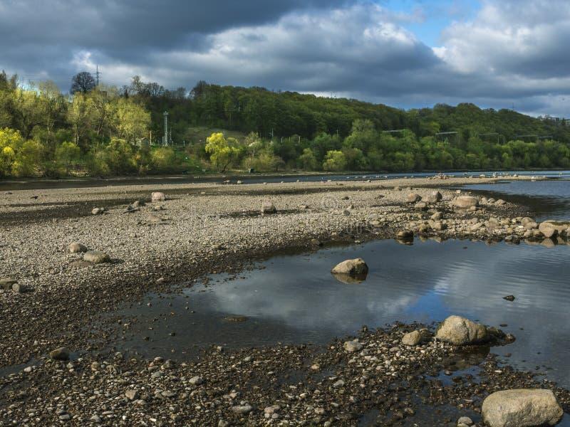Камни в ландшафте лета побережья реки стоковые фотографии rf