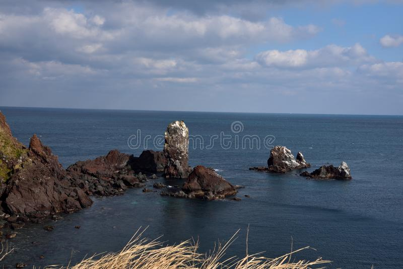 Камни в океане на seopjikoji, городе Согвипхо, Корее стоковые изображения