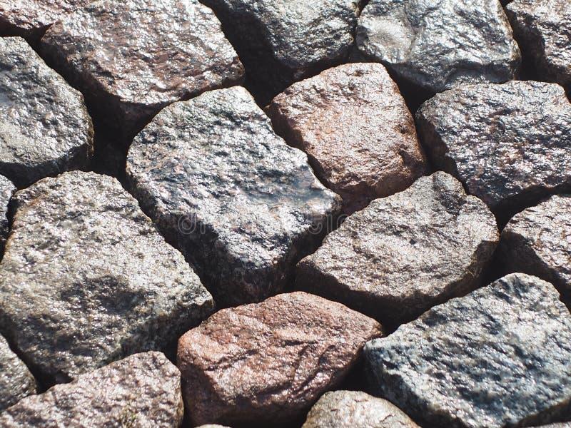 Камни гранита клали близко к одину другого влажному стоковые изображения