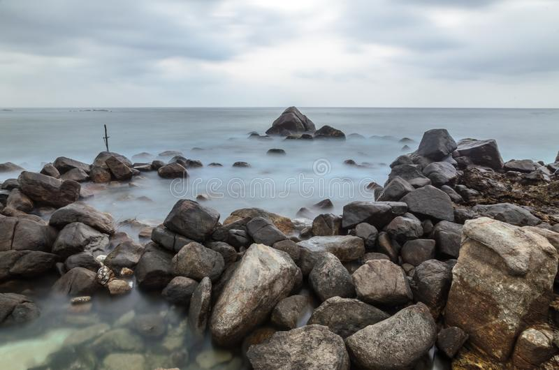 Камни и крест на seashore стоковое изображение rf