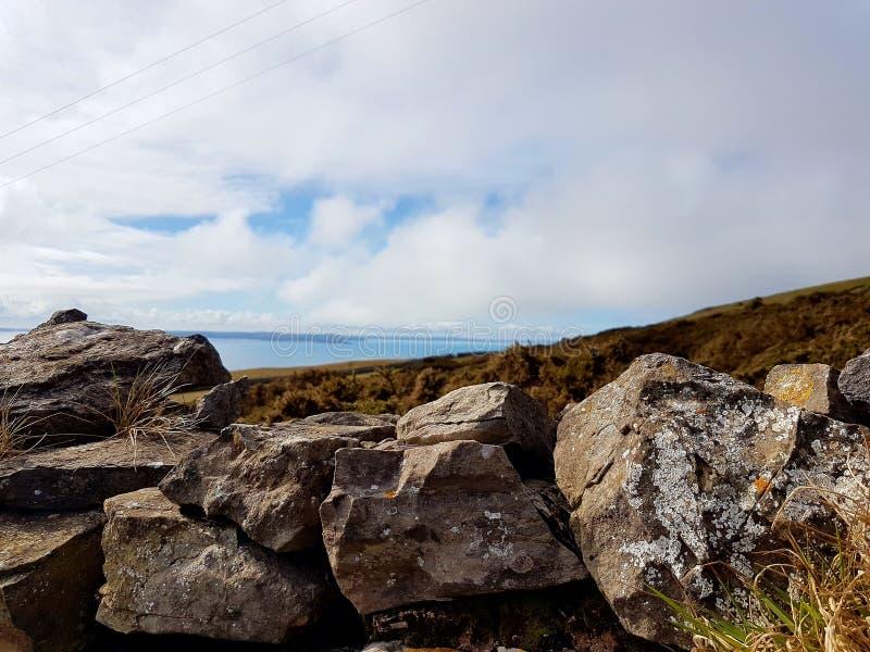 Камни и облака стоковые изображения rf