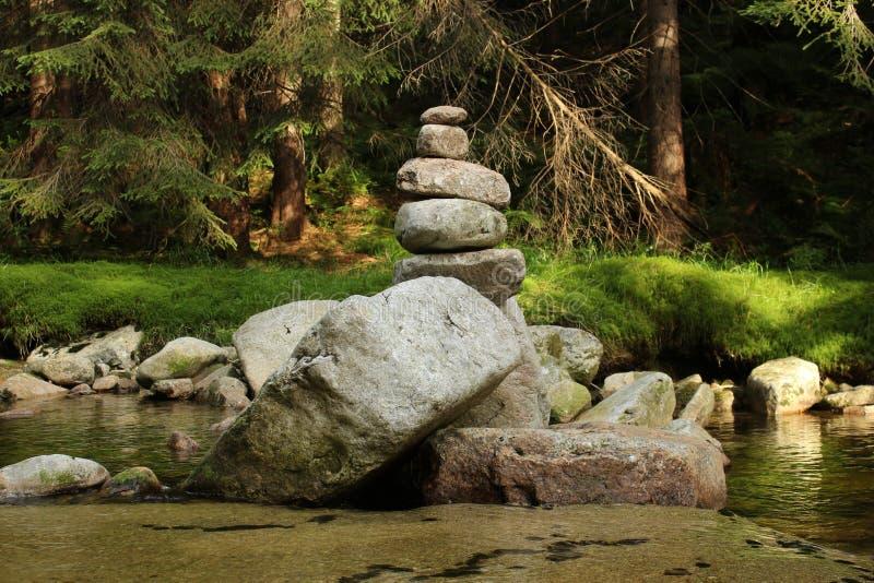 Камни молитве в гигантских горах стоковые фото