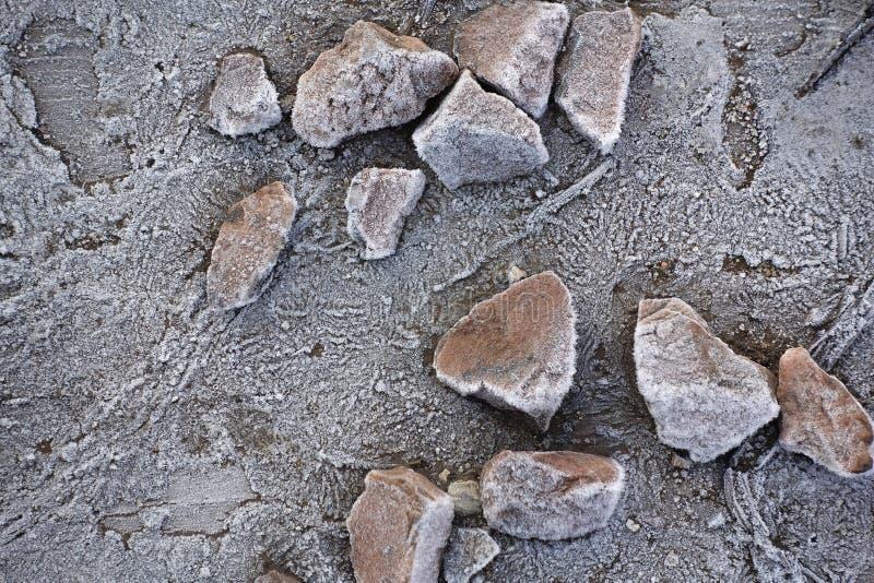 Камни на деревянном основании предусматриванном с предпосылкой зимы изморози морозной стоковые фотографии rf