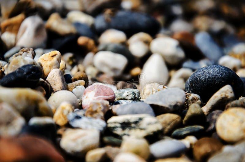 Камни на камешках пляжа Справочная информация стоковая фотография