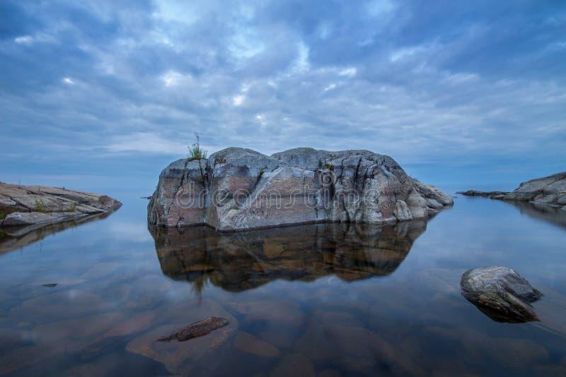 Камни на озере Ladoga в Karelia, России стоковая фотография