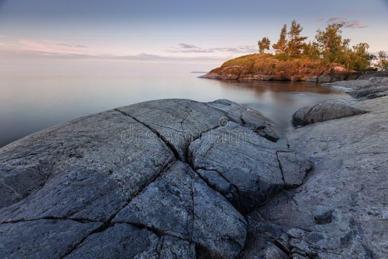Камни на озере Ladoga в Karelia, России стоковое изображение rf