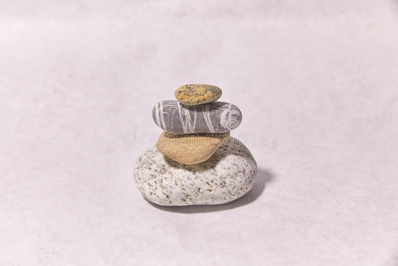 Камни на поверхности небольшие объекты каменная пирамида стоковое фото