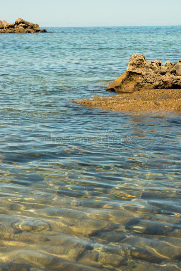 Камни на пляже стоковое изображение rf