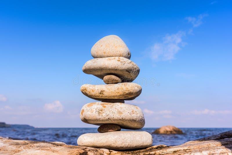Камни сбалансированные одина другого стоковая фотография rf