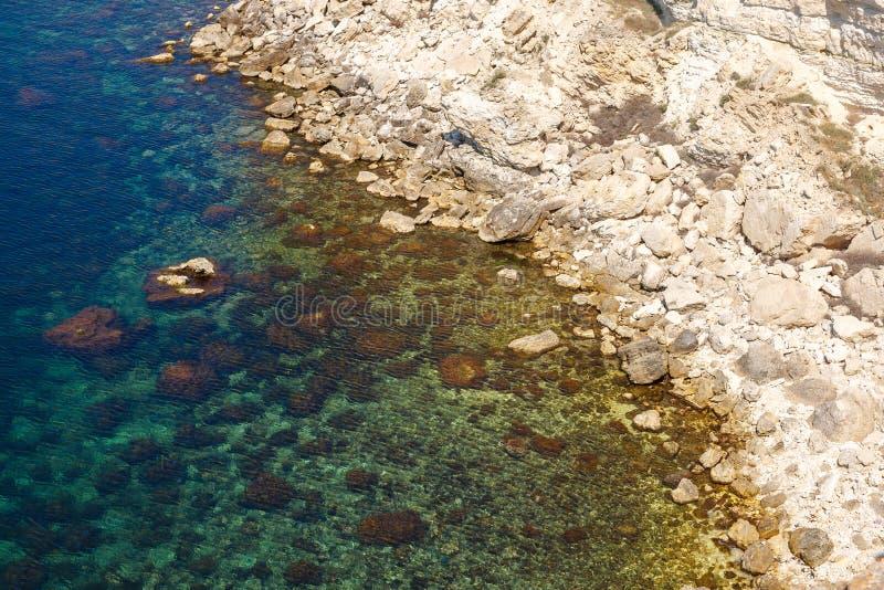Камни смотрят из лазурного вида на море от верхней части стоковое изображение