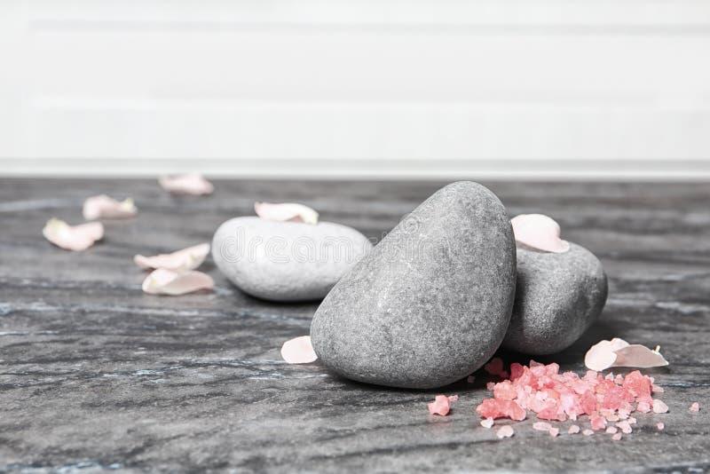 Камни спа, соль моря и лепестки цветка стоковые фотографии rf