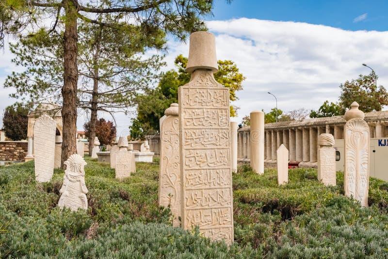 Камни усыпальницы периода Ottoman и Seljuk, сад Konya музея Mevlana, Турция стоковая фотография