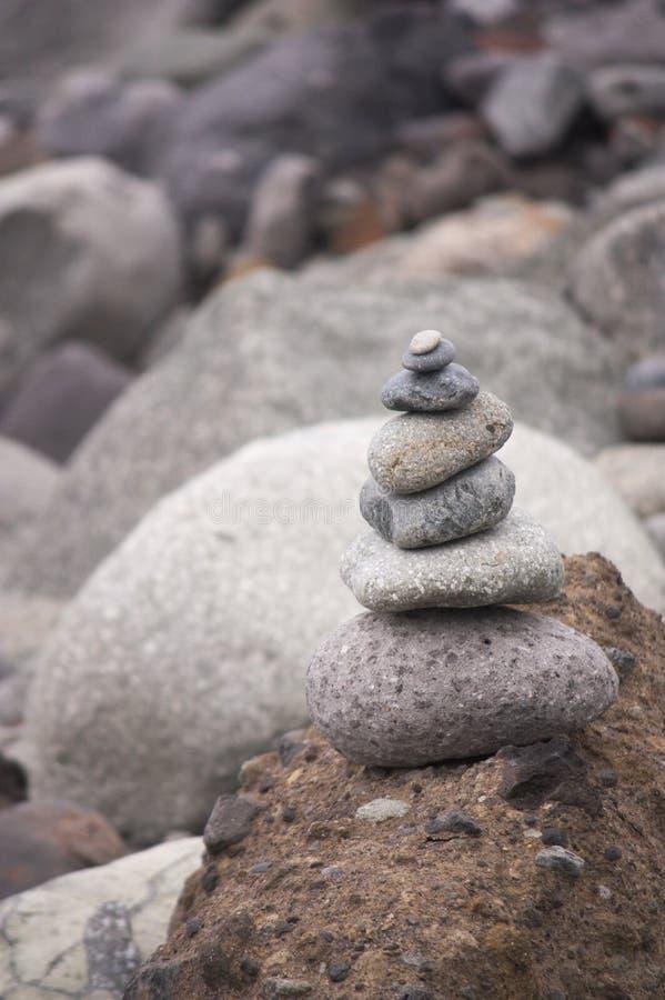 Камни штабелированные около seashore стоковая фотография rf