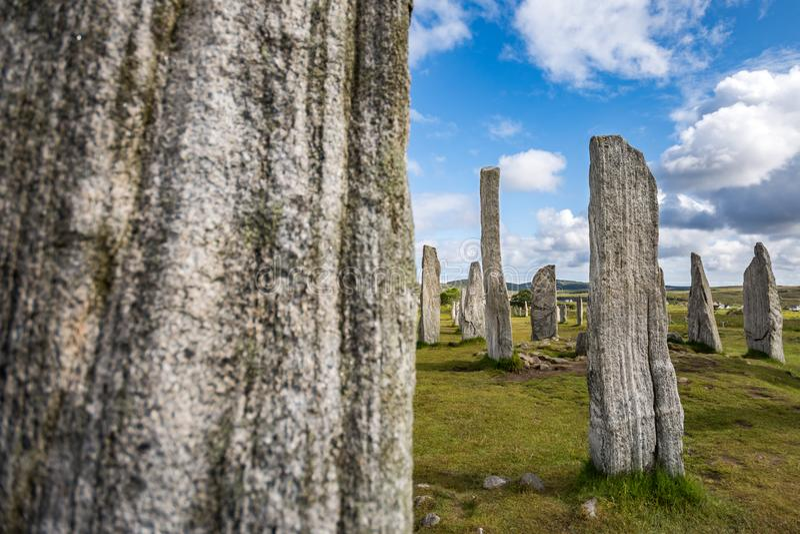 Камни Callanish стоящие, с одним запачкали камень на переднем плане стоковые фотографии rf