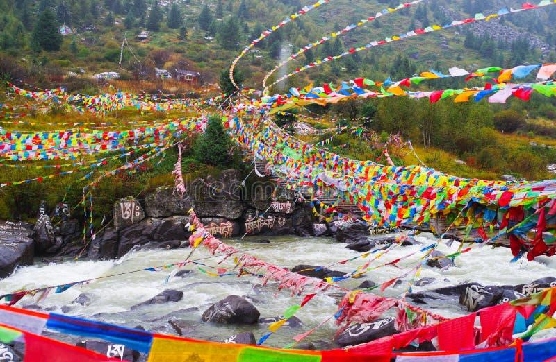 Камни Mani и флаг молитве стоковая фотография