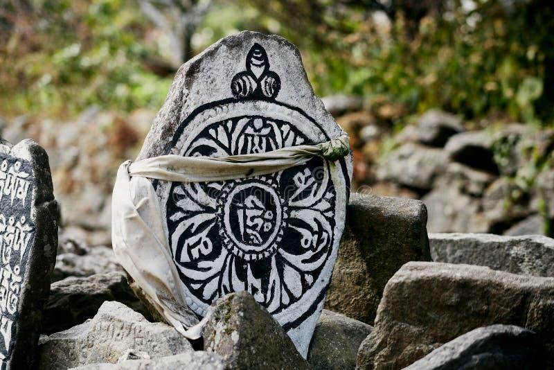 Камни Mani - каменные плиты, вписанные с 6 syllabled мантрами стоковые изображения rf