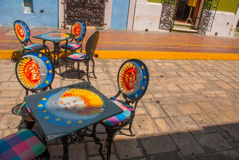 Кампече, Мексика: Таблица и стулья с картиной: солнце, месяц, звезды, приглашая патио ресторана популярные с туристами стоковые фотографии rf