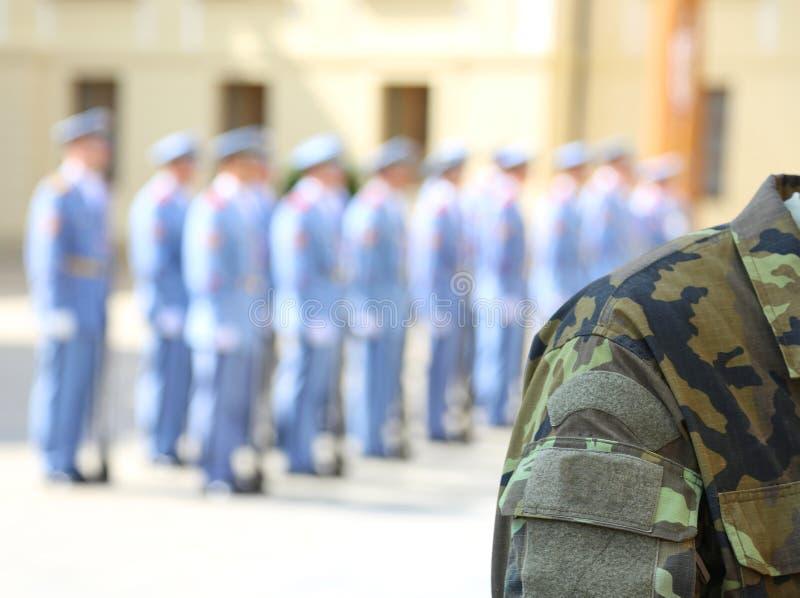 Камуфляжная форма воинского солдата с другим острословием солдат стоковое фото