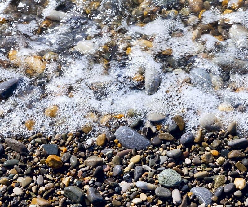 Камушки и вода моря стоковая фотография rf