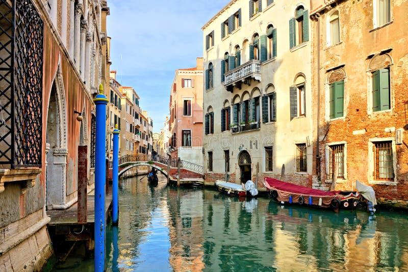 Каналы с отражениями, мостом и гондолой, Венецией, Италией стоковые изображения rf