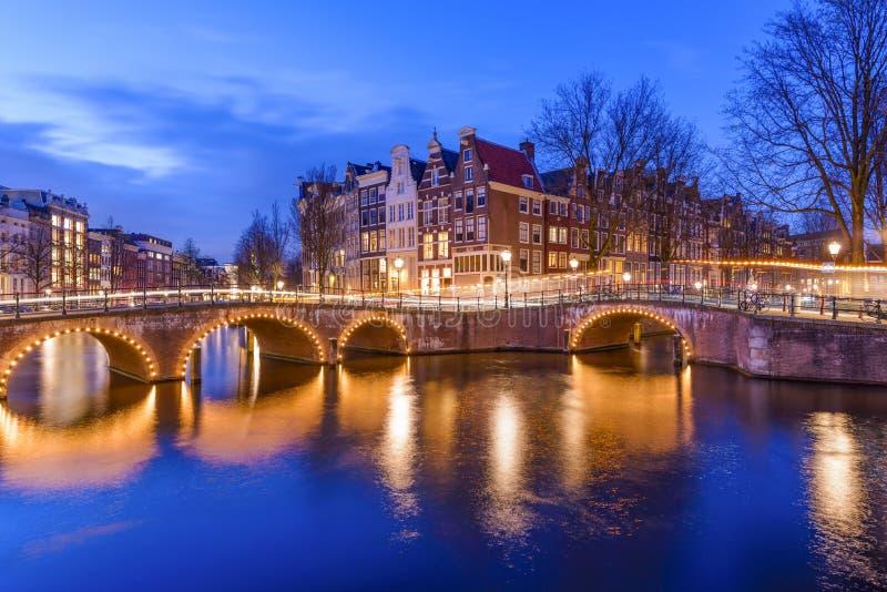 Канал Амстердама во время twilight времени стоковые фото