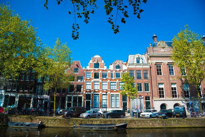 Канал Амстердама и традиционные старые здания, Нидерланд стоковое фото