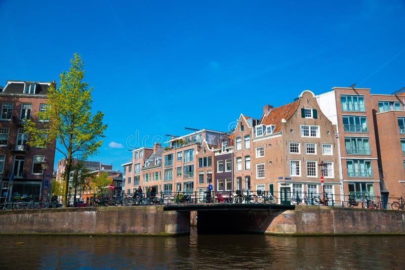 Канал Амстердама и традиционные старые здания, Нидерланд стоковые изображения rf
